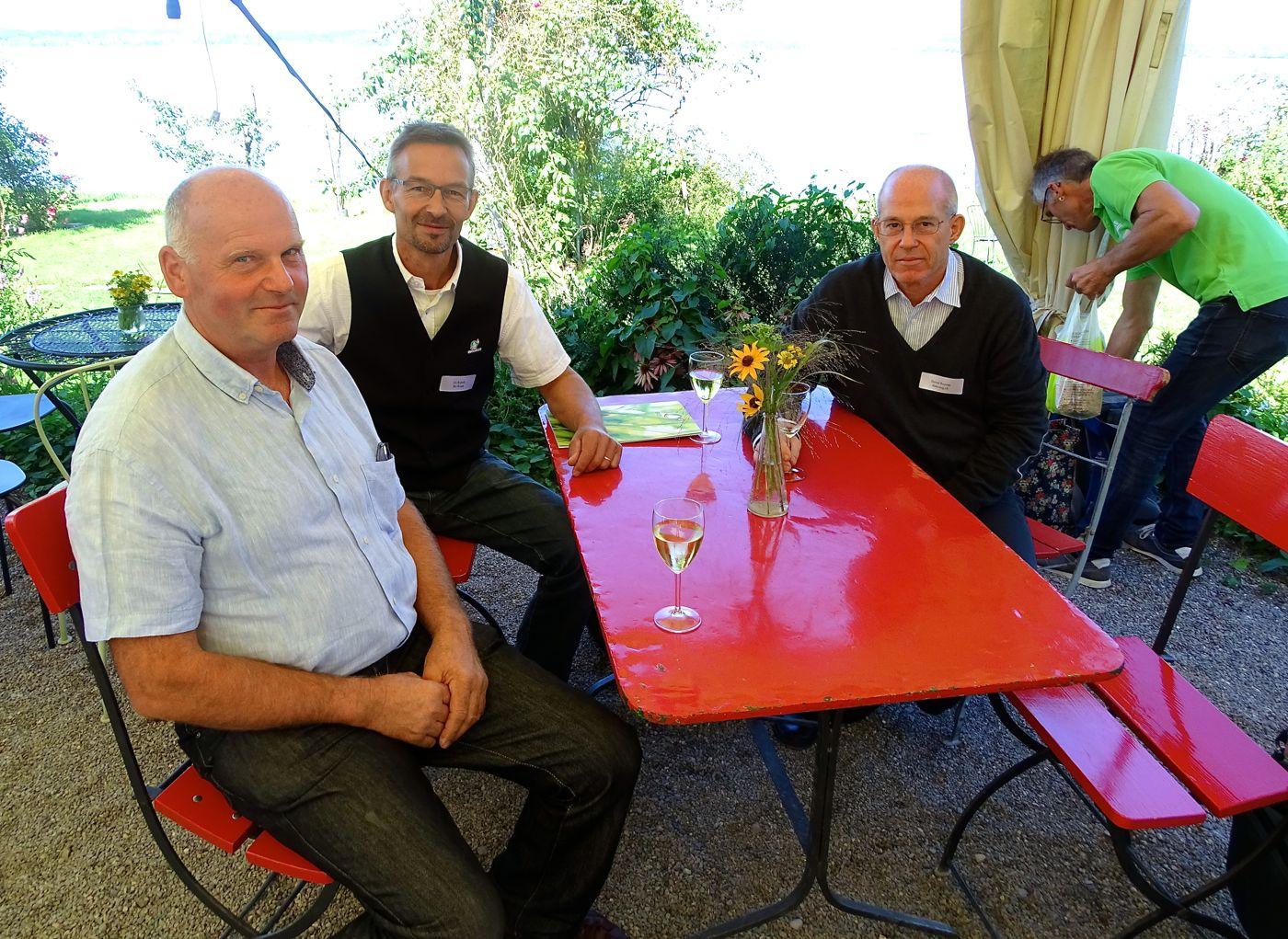 Heute entspannt, damals als «Biofritzen» angefeindet: Der Zuger Landwirt Toni Niederberger (l.) und Daniel Brunner (r.), zusammen mit Urs Brändli, Präsident von Bio Suisse.