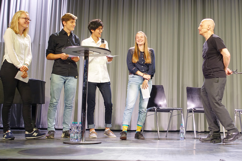 David Lang wird von Schülern der Kantonsschule interviewt.