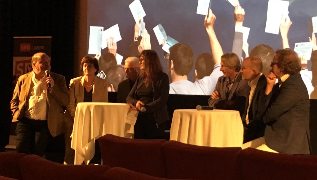 Im Anschluss an den Film fand ein Podium mit Politikern und Protagonisten statt. Von links: Felix Müri, Ida Glanzmann, Markus Gygax, Eva Novak, Frédéric Gonseth, Roland Fischer und Jo Lang.