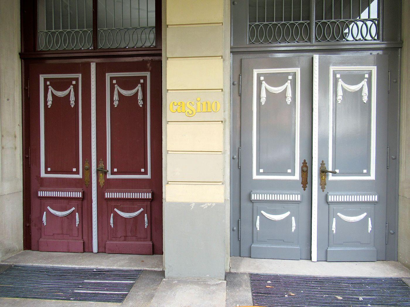 Der ehemalige Haupteingang des Casinos. Links die Bemalung der Türen vor der Renovation, rechts die wiederhergestellte Originalfarbe.