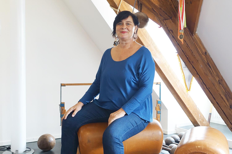 Rosie Bitterli ist auch Sportchefin, davon zeugen die alten Geräte, die ihm Gang herumstehen.