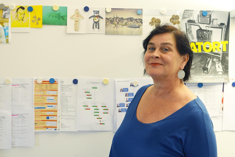 Rosie Bitterli in ihrem Büro – links oben Thomas Hösli, der vor 10 Jahren gestorben ist.