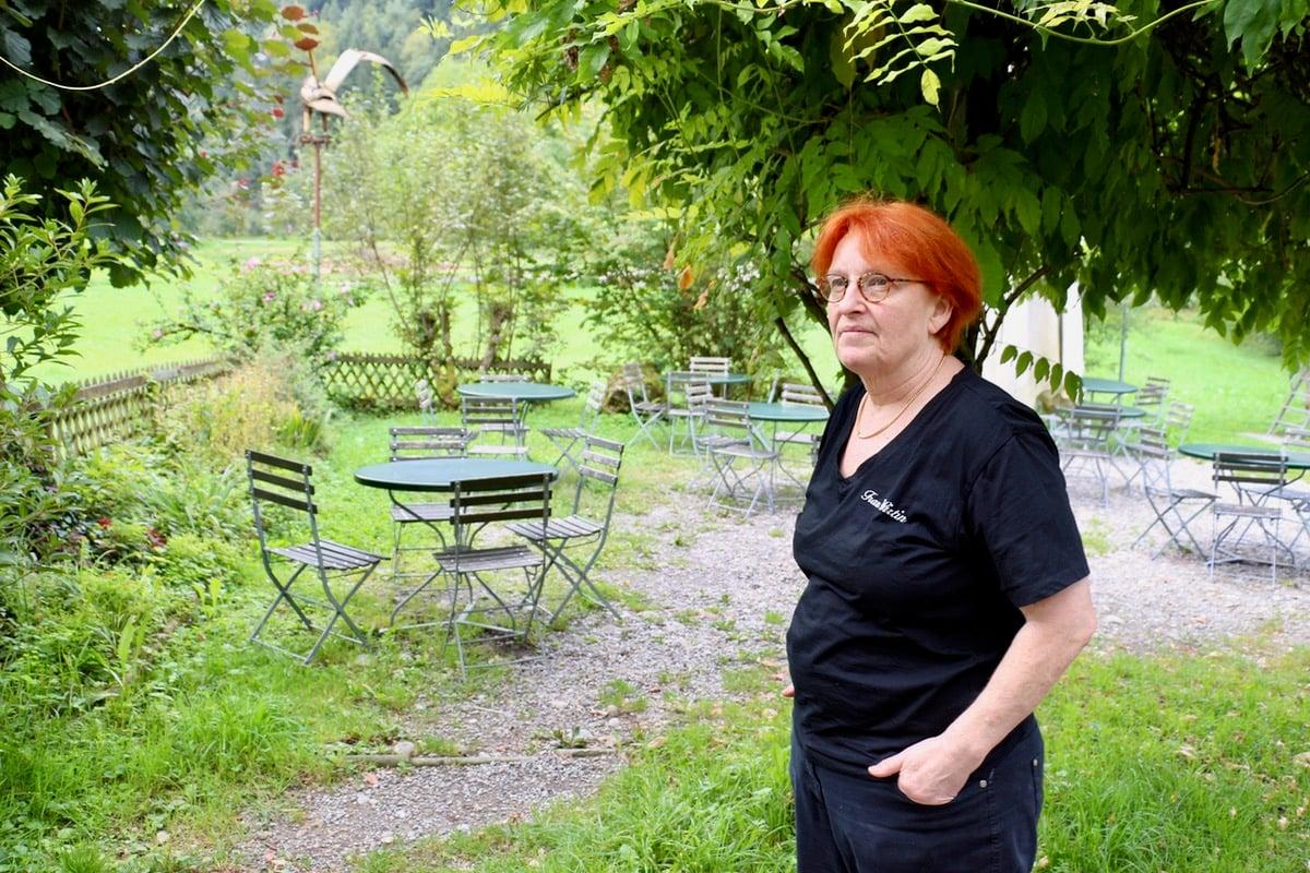 Die Pächterin vor der Gartenbeiz der Höllgrotten.
