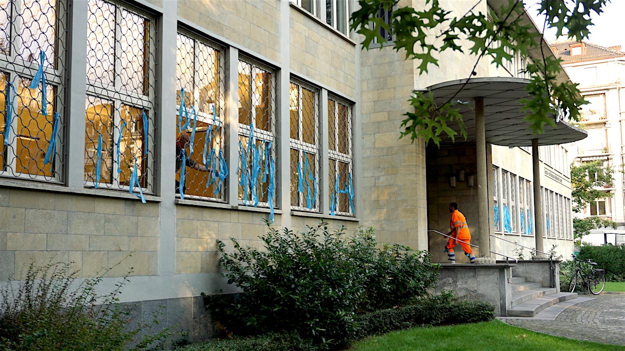 Farbiger Protest: Die Zentralbibliothek beim Vögeligärtli wurde am Morgen mit blauen Bändern geschmückt.