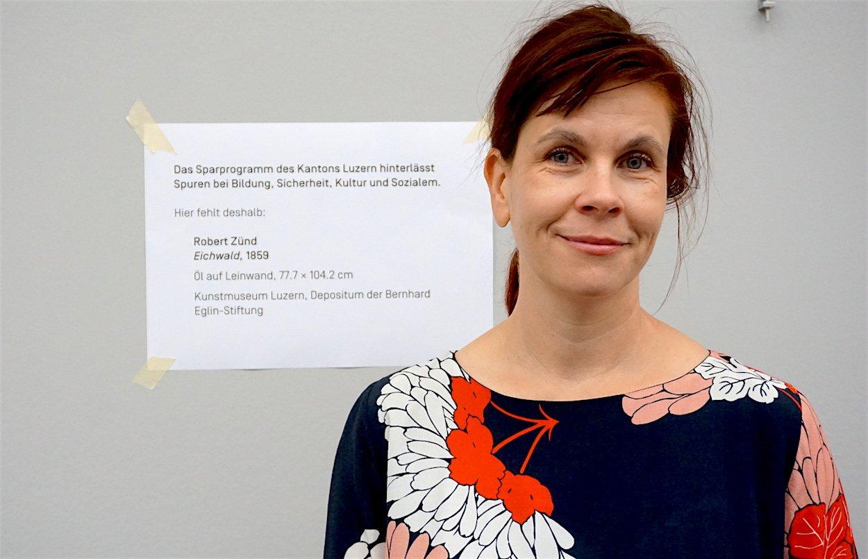 Fanni Fetzer, Direktorin des Kunstmuseums, vor dem fehlenden Bild in der Ausstellung.