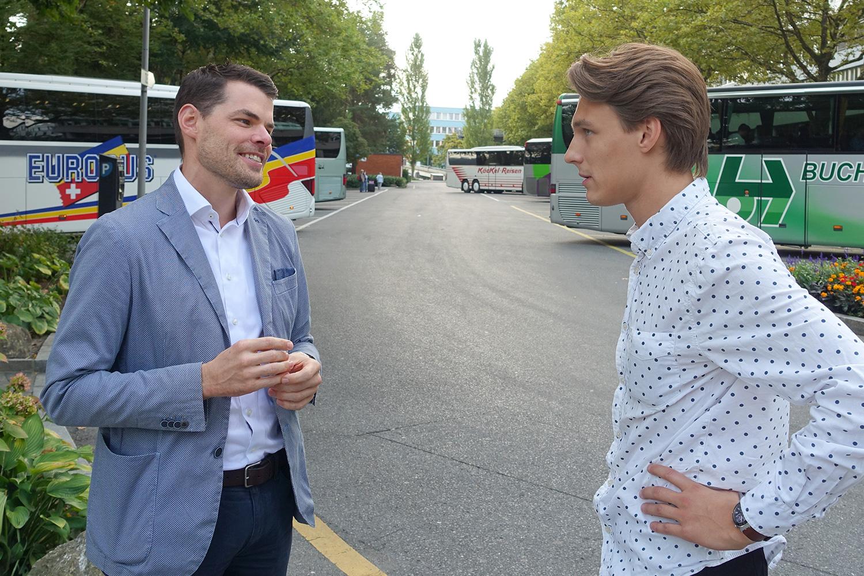 Wohin mit diesen Cars? Das ist der grosse Streitpunkt im Streitgespräch zwischen FDPler Fabian Reinhard (links) und Juso-Politiker Yannick Gauch.