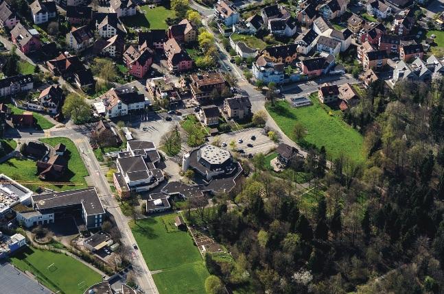 Eine Luftaufnahme des zu bebauenden Gebietes zwischen der Chamerstrasse und dem Maihölzliwald.