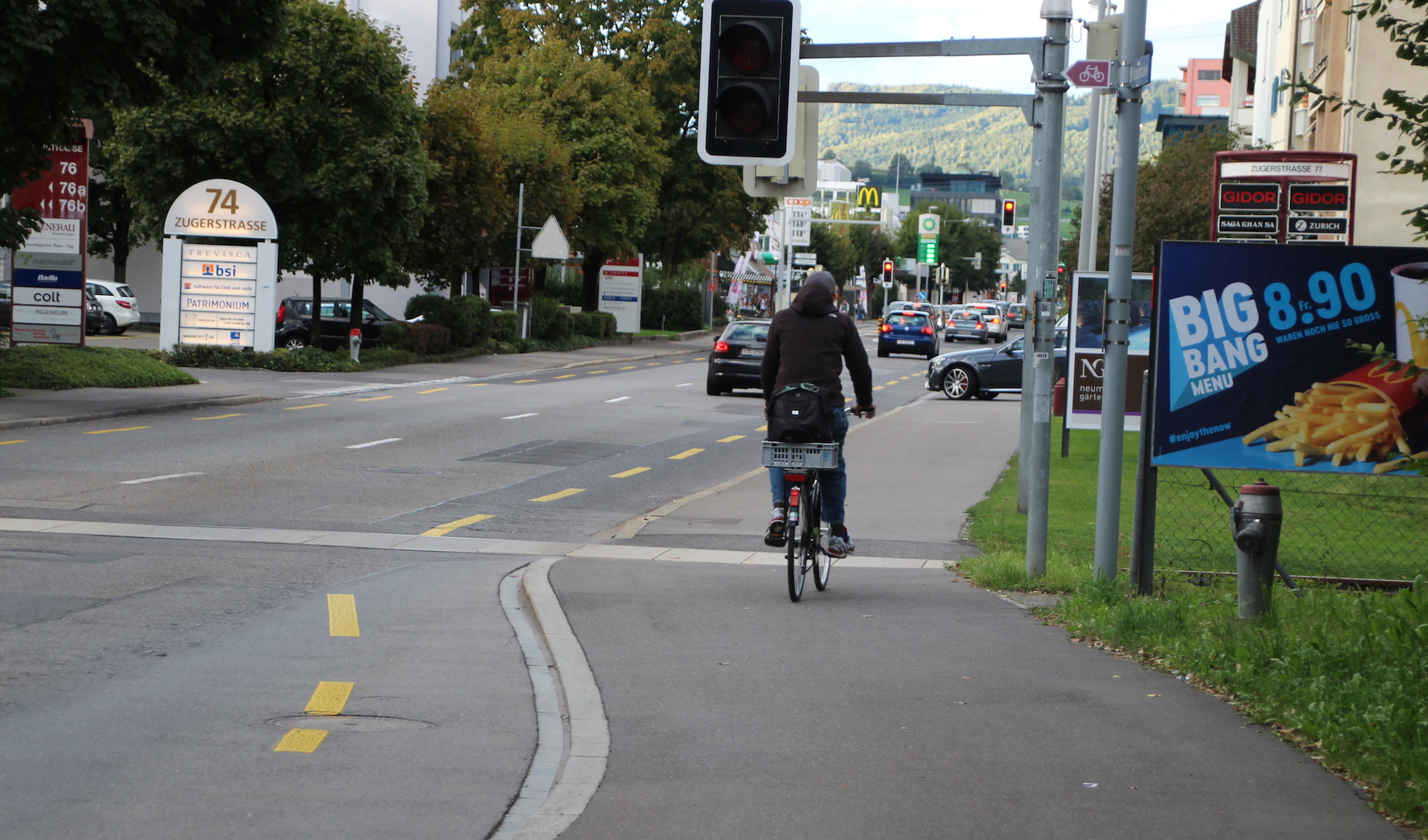 Sicher ist sicher: Dieser Velofahrer fährt lieber gleich auf dem Fussgängerweg.
