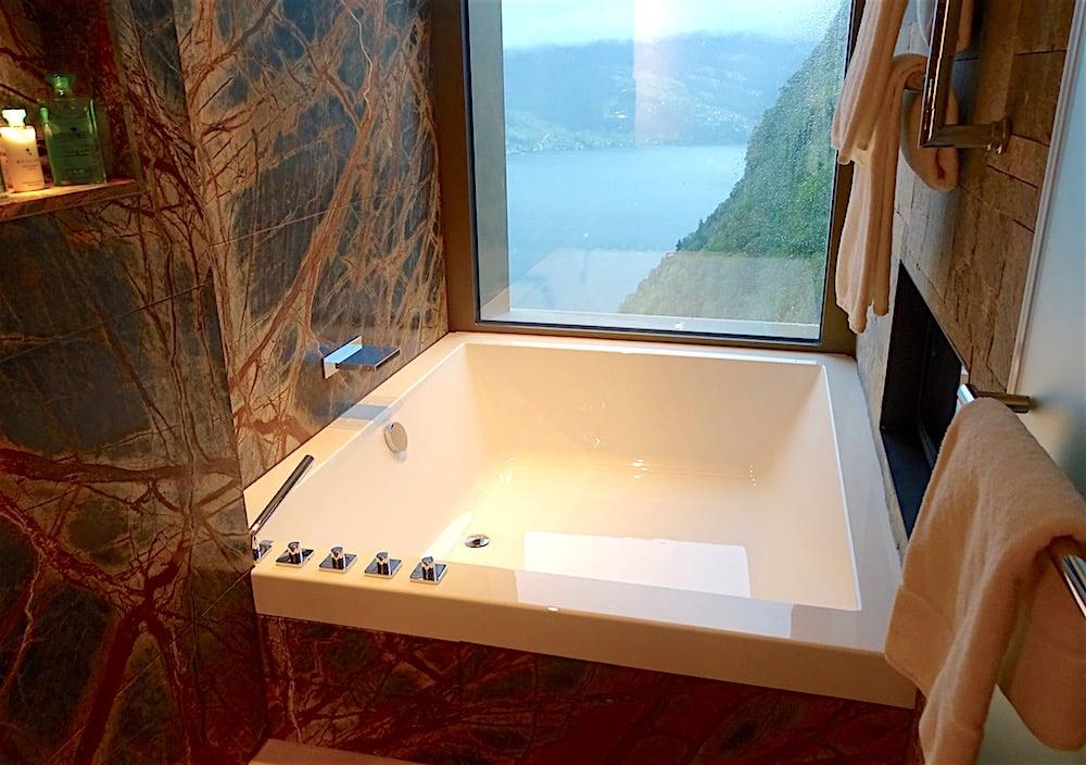Jedes Zimmer hat eine Doppel-Badewanne mit Seeblick.