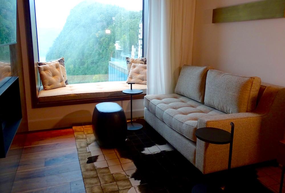 In der Lounge kann man dem Kaminfeuer zuschauen. Fast selbstverständlich auch mit Blick auf den See.
