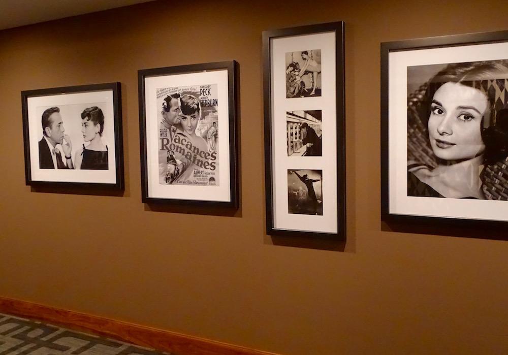 In den Gängen hängen Bilder von bekannten Persönlichkeiten, die an die goldenen Zeiten des Tourismus erinnern.
