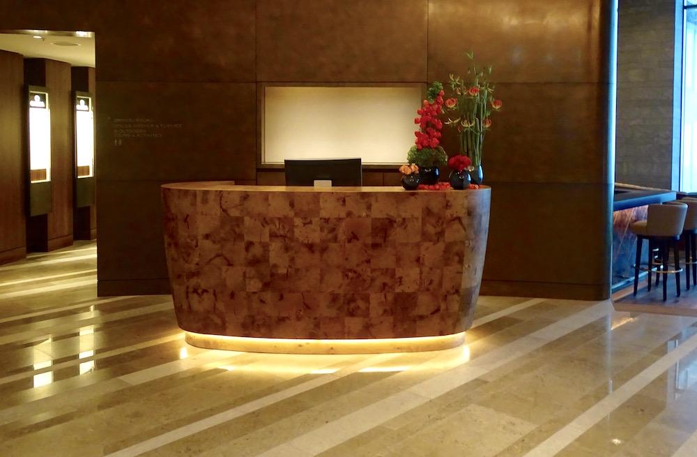 Eine Reception ist nicht genug, im Eingangsbereich wird einem an mehreren Orten geholfen.