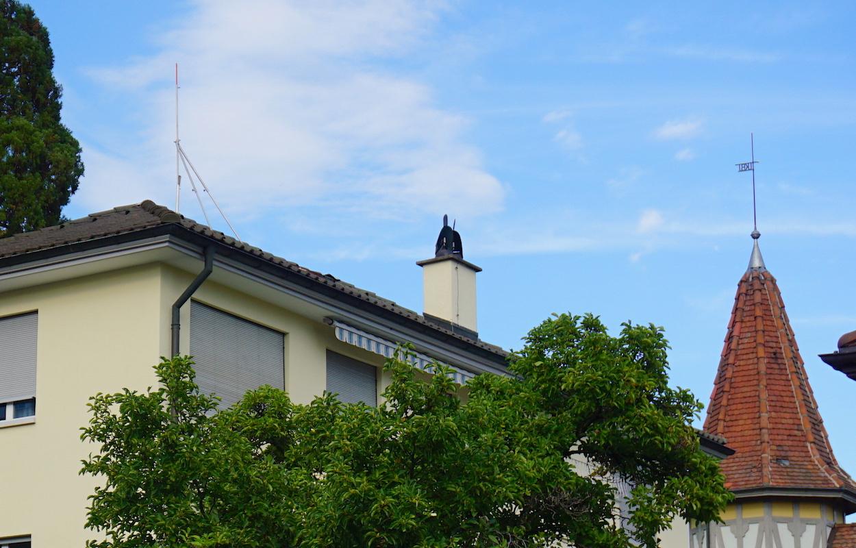 Das Bauprofil steht seit mehreren Jahren auf dem Hausdach an der Villenstrasse 2.