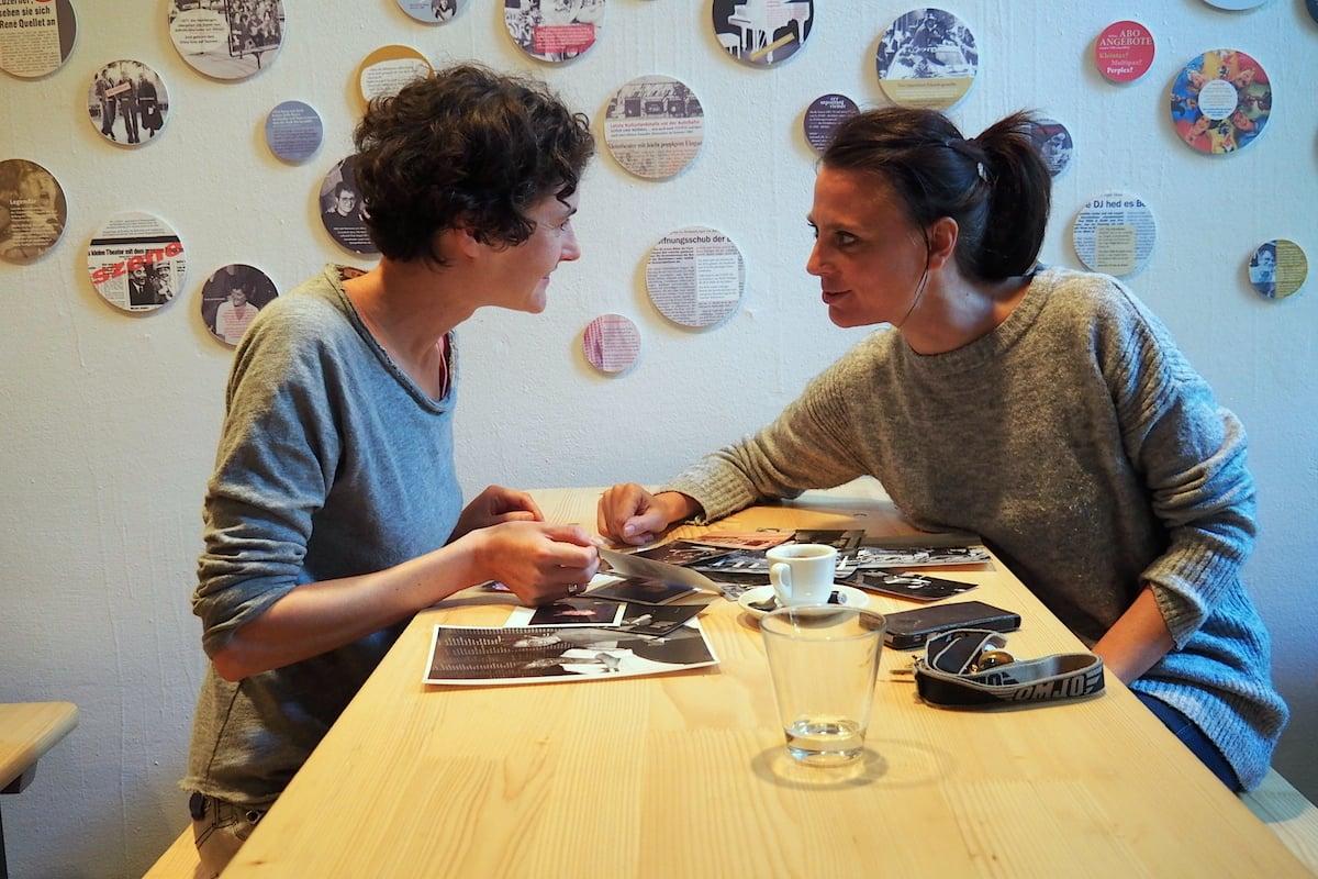 Sonja Eisl (links) und Judith Rohrbach wühlen sich durch alte Fotografien vom Kleintheater.