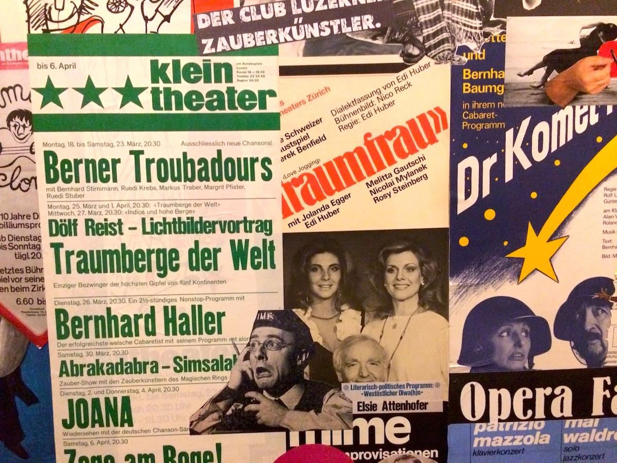 Eine Wand aus Erinnerungen und Plakaten ziert neuerdings das Kleintheater.