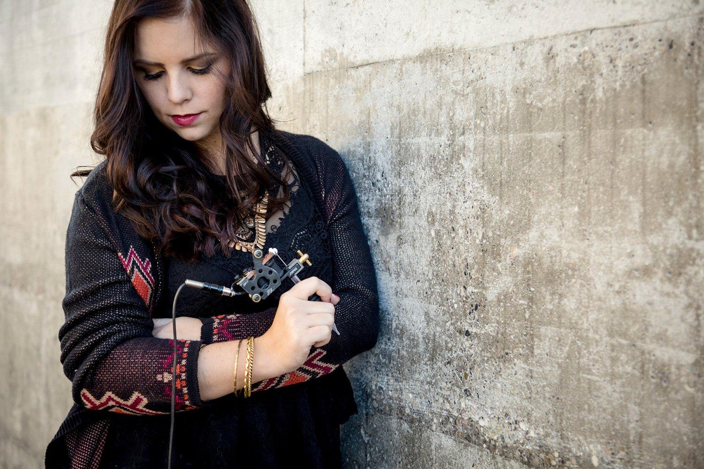 Tätowiererin Carmela Sullivan arbeitet in Luzern in einem Studio.