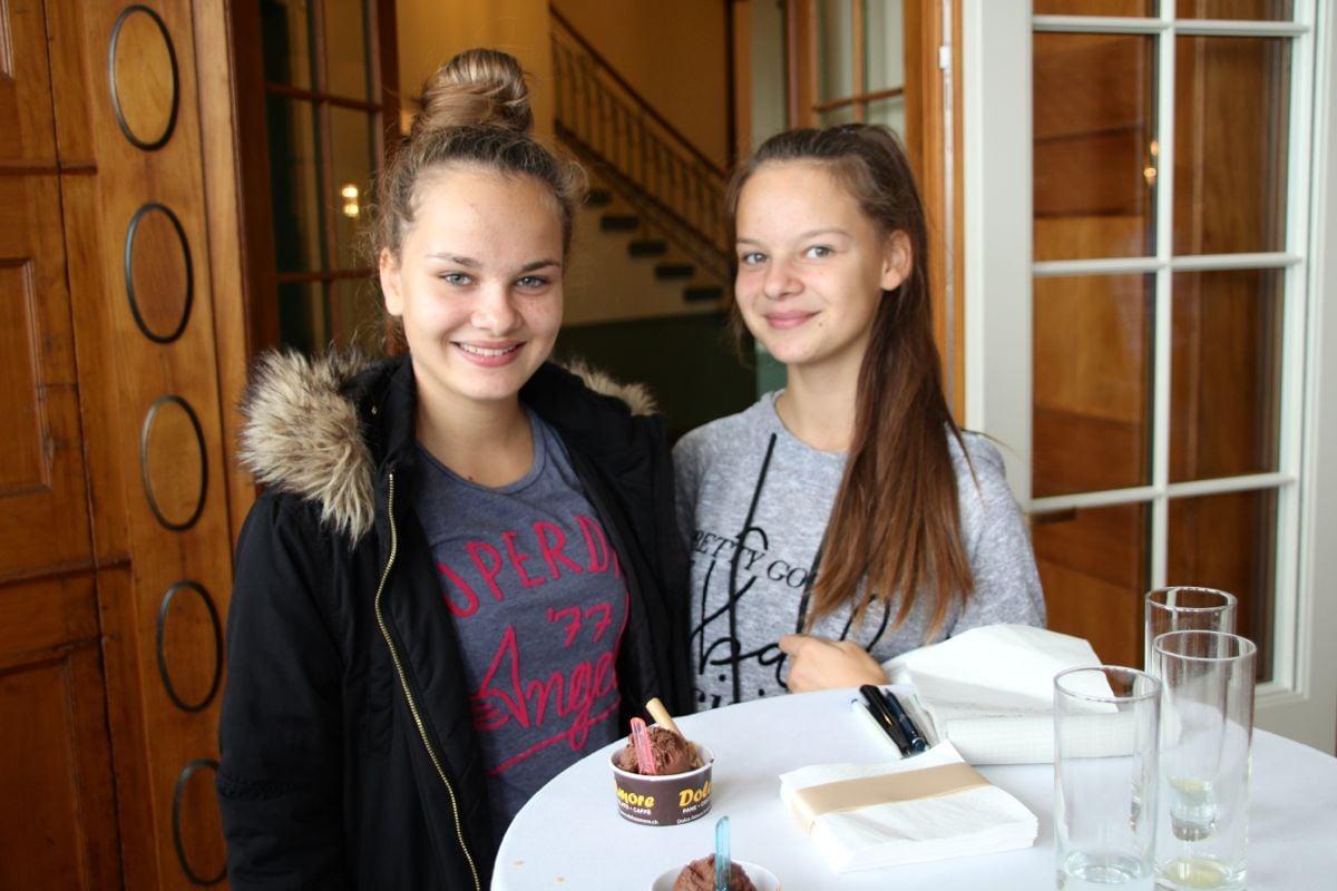 Ana und Tanja Blagojevic finden den Festsaal «megaschön». Sie tanzten schon Ballett hier.
