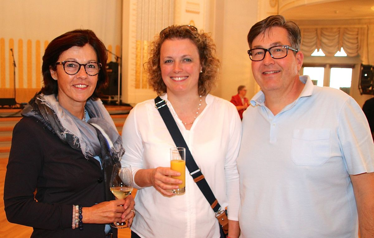 Cornelia Stocker besichtigt mit Sandra und Peter Brändli das Casino. Es gefällt allen sehr.