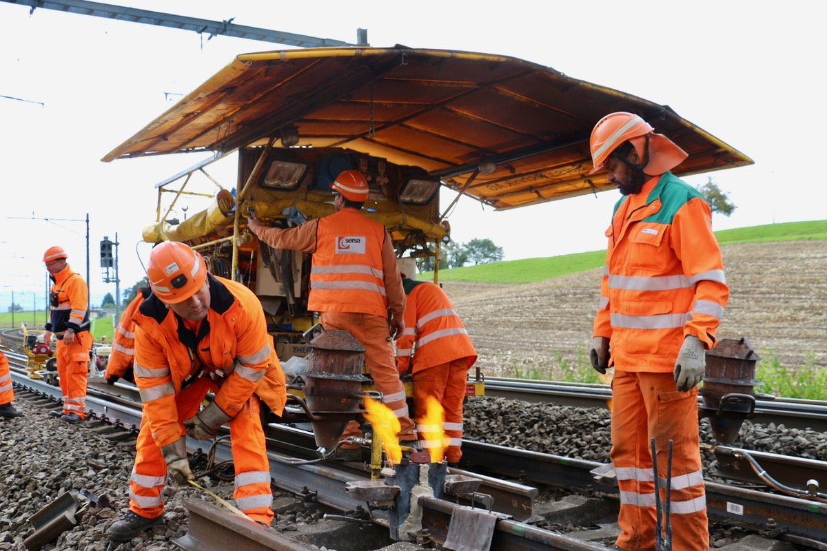 Bevor das flüssige Metall in die Lücke zwischen den Gleisen gefüllt wird, müssen die Enden der Geleise erhitzt werden.