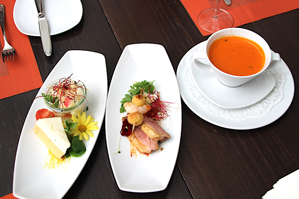 Die drei Vorspeisen (von links): Kürbis-Sellerie-Terrine mit Apfelsalat, Garnelen-Falafel-Spiess mit Zimt-Entenbrüstchen und Tomaten-Basilikum-Crèmesuppe.