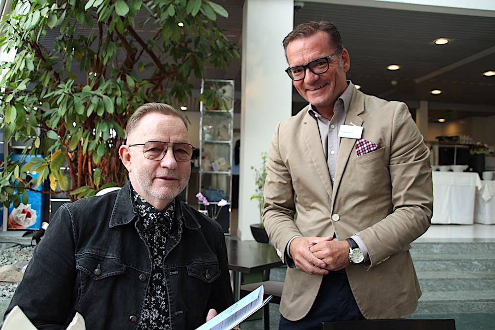 Hubert Erni (links) mit Wolfram Beduhn, dem Leiter der Hotellerie in der Chamer Andreas-Klinik.