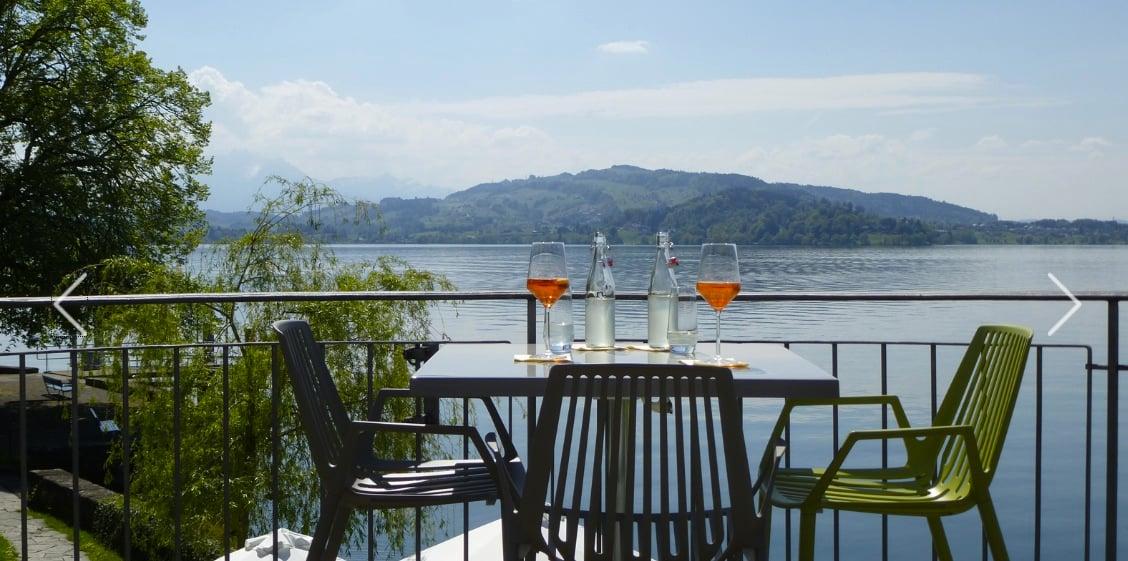 Blick von der Restaurantterrasse auf den See.