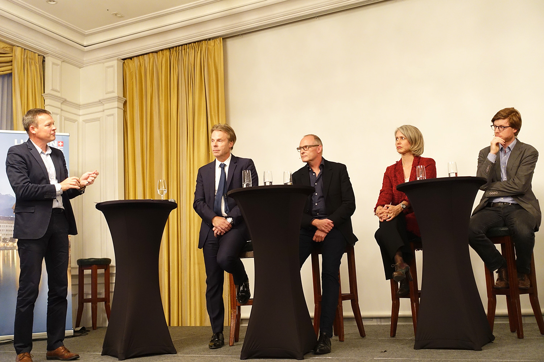 Stefan Eiholzer (ganz links) moderierte die Runde: Guido Zumbühl (CEO Bucherer), Markus Schulthess (Quartierverein Hirschmatt-Neustadt), Franziska Bitzi (Stadträtin) und Christian Hochstrasser (Grossstadtrat).