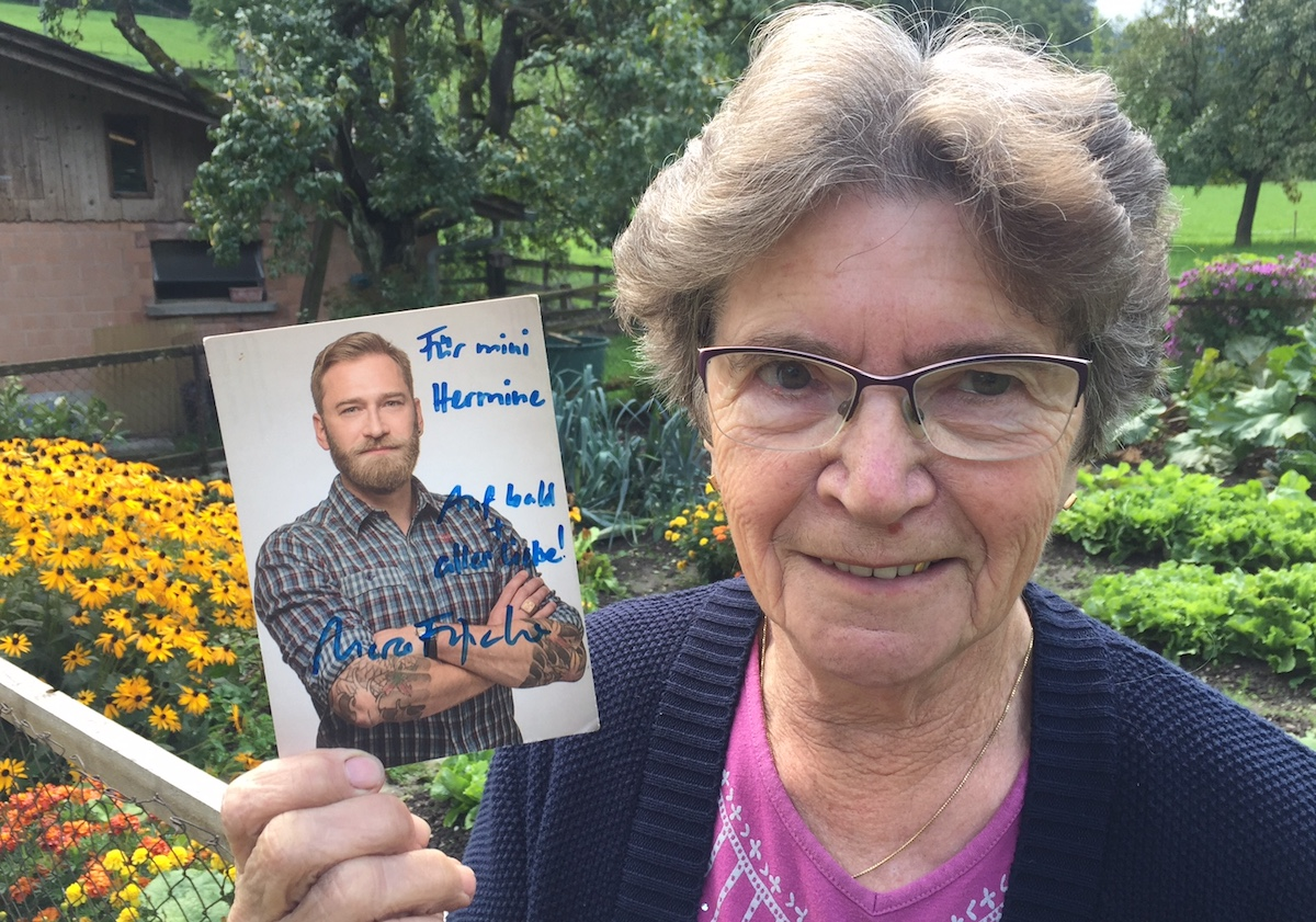 Umgarnt: Mutter Hermine mit der Widmung des Fernsehmoderators Marco Fritsche.