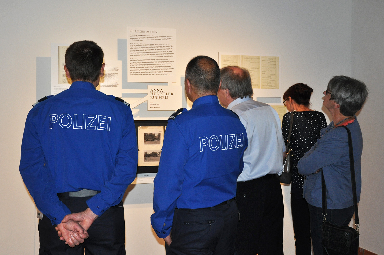 Zwei Polizisten vor dem Fall Hunkeler-Buchel.