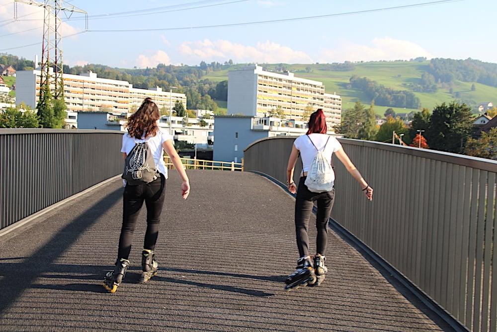 Auch den beiden Inline-Skaterinnen macht die Brücke Spass.
