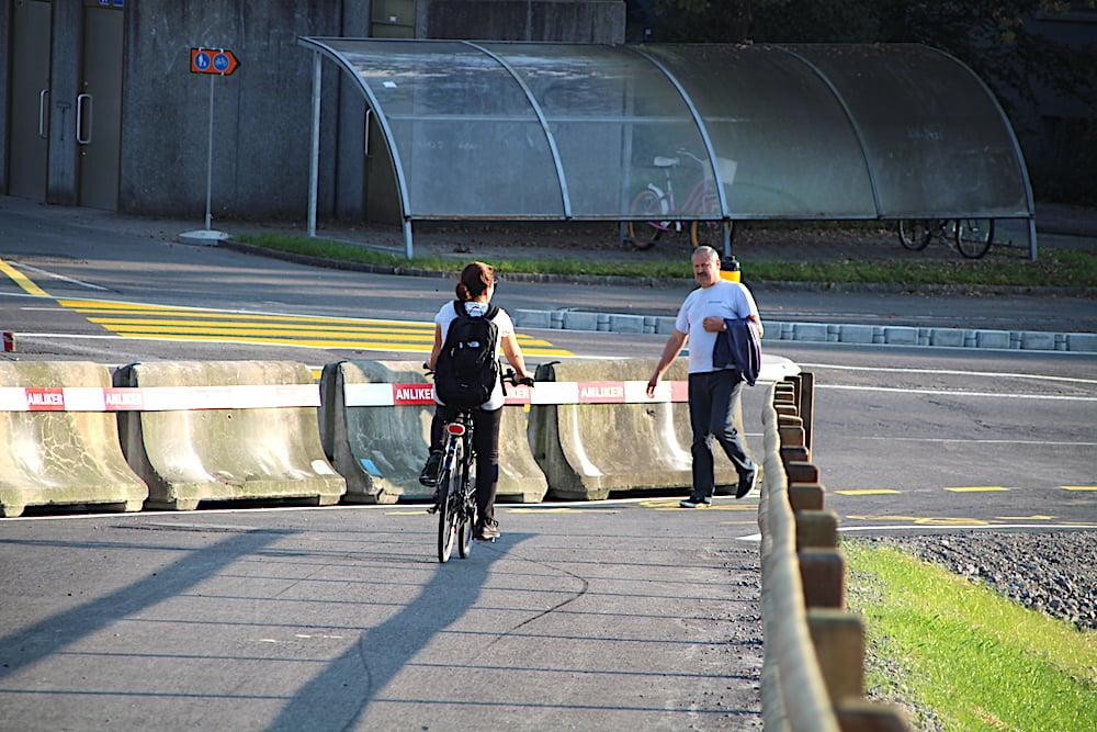Achtung! Eine scharfe Kurve und Gegenverkehr an einer Engstelle erwartet die Velofahrer bei der Abfahrt von der Brücke auf der Inwiler Seite.