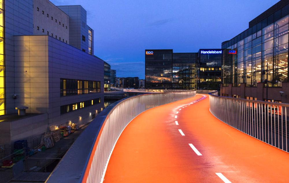 So sieht übrigens eine rundum perfekte Velobrücke aus: Die «Cykelslangen»-Brücke im dänischen Kopenhagen.