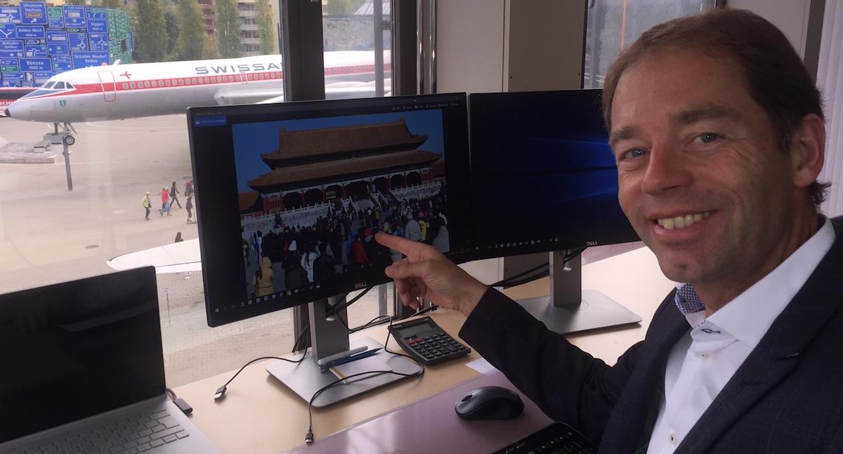 Asien-Kenner André Küttel mit Chinafoto: «So viele Chinesen will ich auch im Verkehrshaus!»