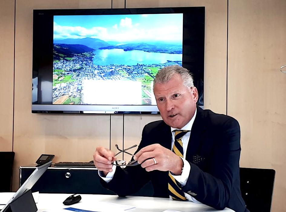 Regeriungsrat Heinz Tännler bei der Vorstellung des Budgets 2018.