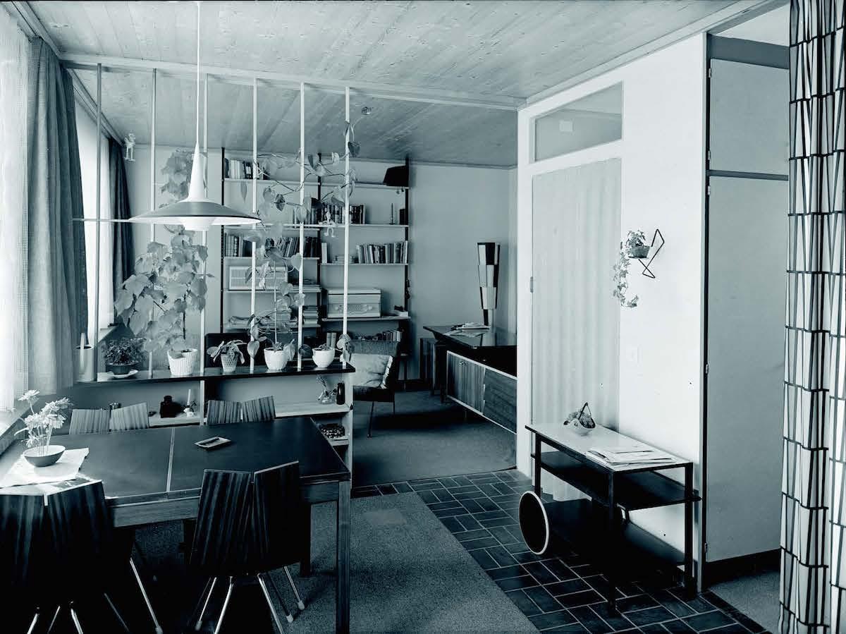 Das Wohnzimmer eines der am Neudorfweg in Steinhausen erbauten Einfamilienhäuser, mit der typischen Ausstattung der Zeit, 1962.