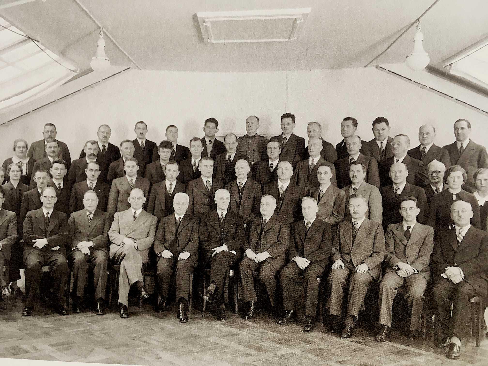 Die Konferenz von 1927, an welcher L&G-Patron Karl-Heinrich Gyr (Mitte) der Zuger Politik mit dem Wegzug der Firma drohte.