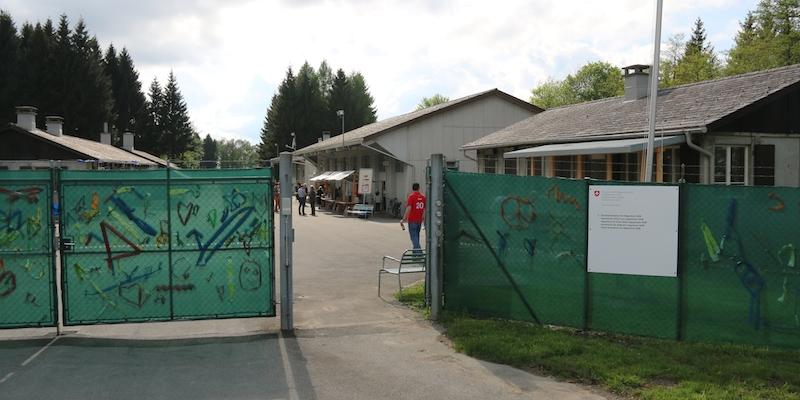 Mit Peace-Zeichen und Krakeleien: Jetzt gehen die Türen auf. Für drei Jahre wird die Truppenunterkunft der Schweizer Armee auf dem Gubel als Bundesasylzentrum genutzt.