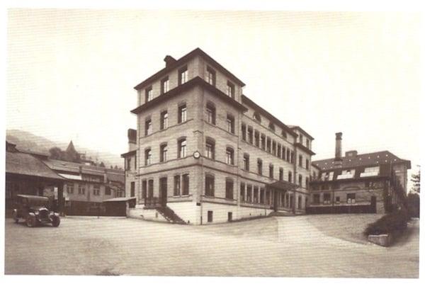 Das Theilerhaus nach einer weiteren Aufstockung und mit einem neuen Haupteingang in der Mitte, um 1918. (Firmenarchiv Landis & Gyr).