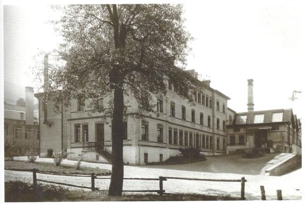 Das Theilerhaus nach der ersten Aufstockung, rechts die Shedhallen, um 1914. (Firmenarchiv Landis & Gyr)