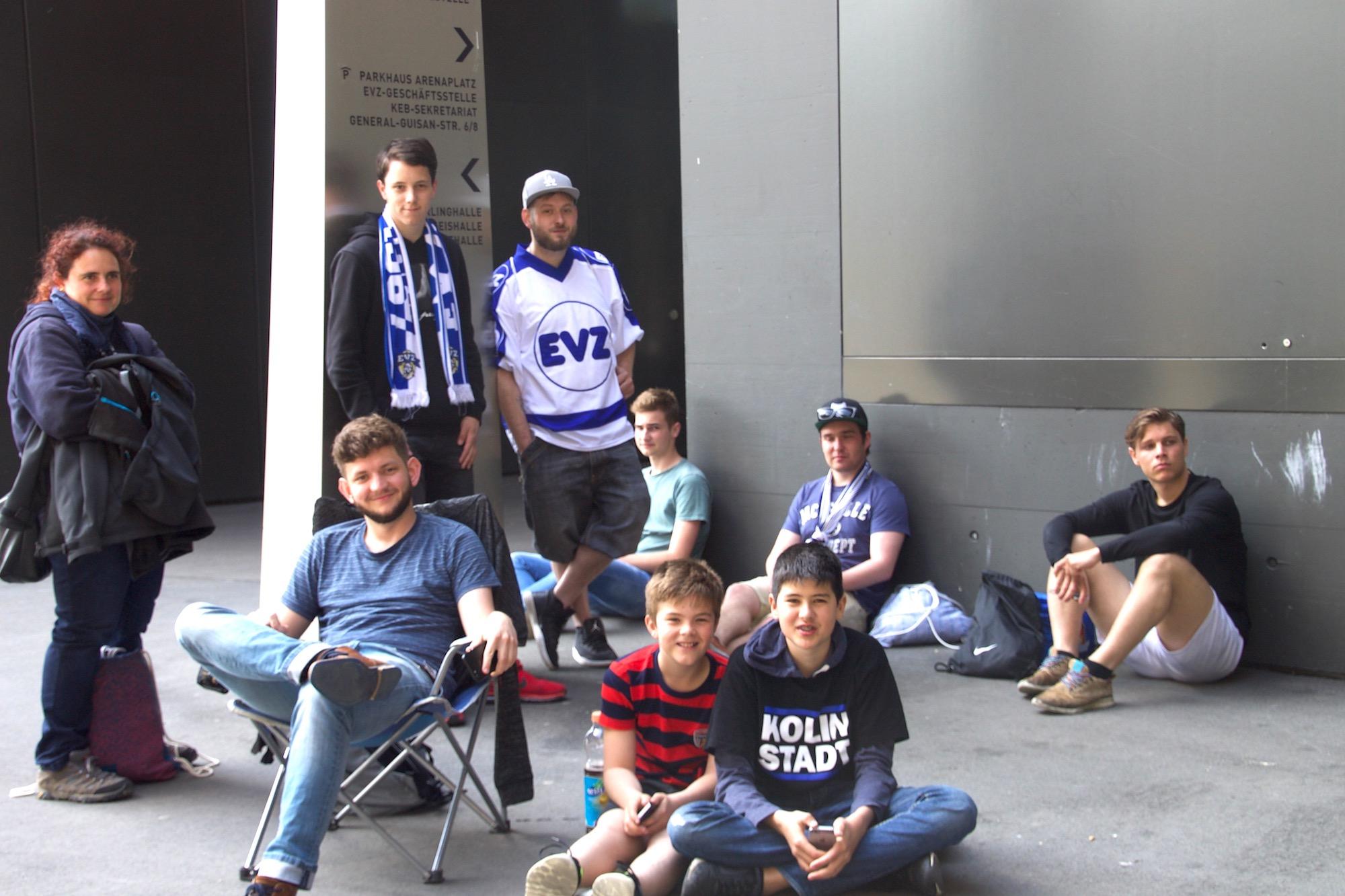 Trotz Strapazen happy: Diese EVZ-Fans sind die ersten in der Ticketschlange.