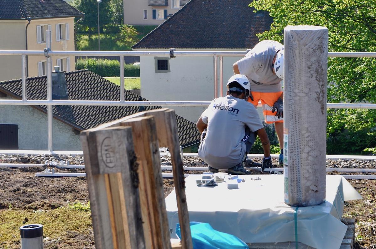 Die Bauarbeiter verlegen die Basis für die neue Anlage.