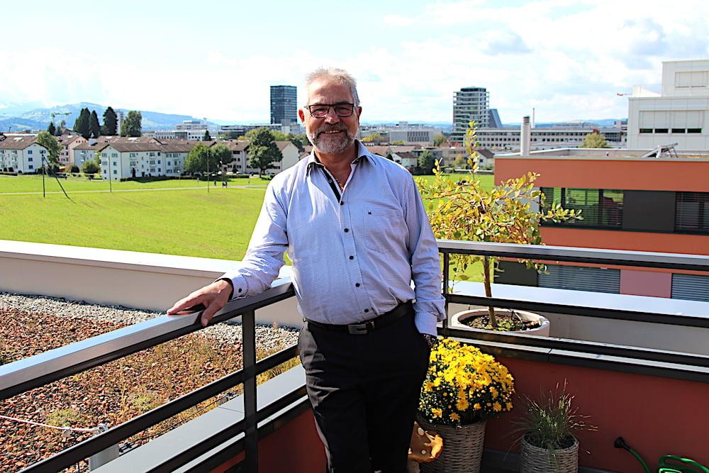 An der Grenze zu Zug wohnt Paul Langenegger seit zwei Jahren. Sein altes Inwiler Zuhause kann er vom Balkon aus sehen.