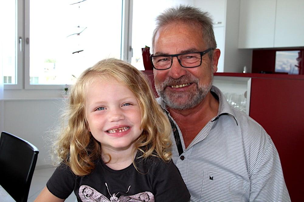 Paul Langenegger und seine Enkelin Romy.