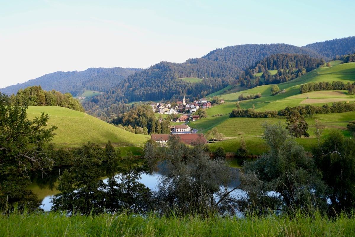 Hübsch eingebettet zwischen Moränenhügeln liegt der Weiler Finstersee.