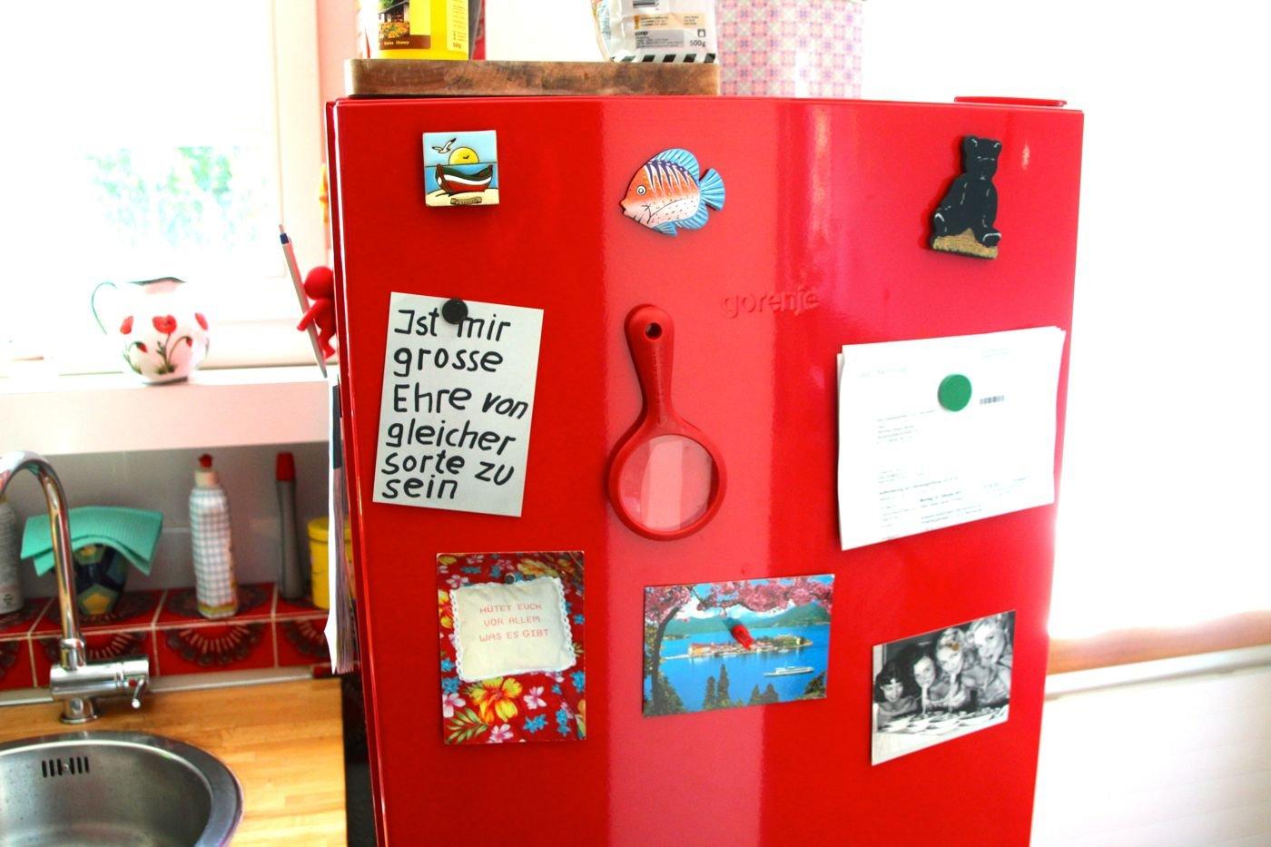 Der rote Kühlschrank der Familie Straub. Daran eine Karte mit Spruch des Luzerner Stadtoriginals Emil Manser.