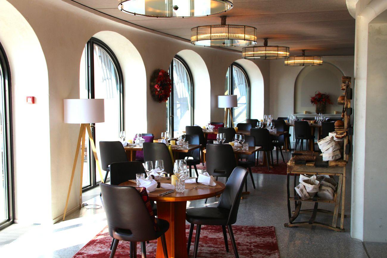Mit Blumen und Teppichen im Shabby-Chic-Stil sieht das Restaurant schon viel gemütlicher aus.