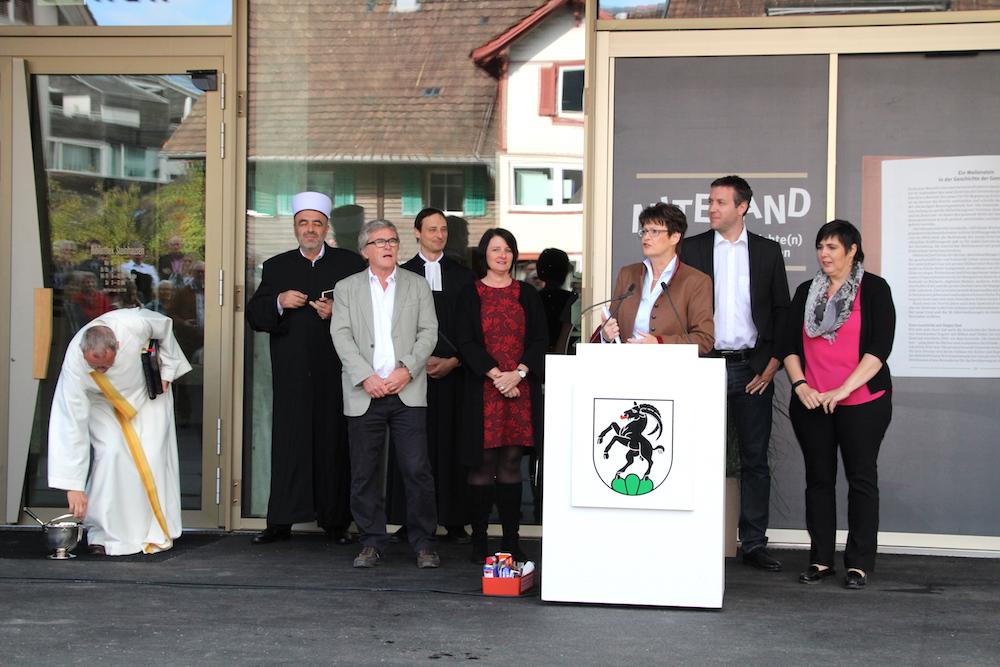 Gemeindepräsidentin Barbara Hofstetter mit dem Steinhauser Gemeinderat vor dem neuen Dreiklang-Gemeindesaal. Neben ihr stehen links Hans Staub (graues Jackett), CVP, und Esther Rüttimann, FDP, sowie rechts von ihr Andreas Hürlimann, Grüne, und Carina Brüngger, FDP.