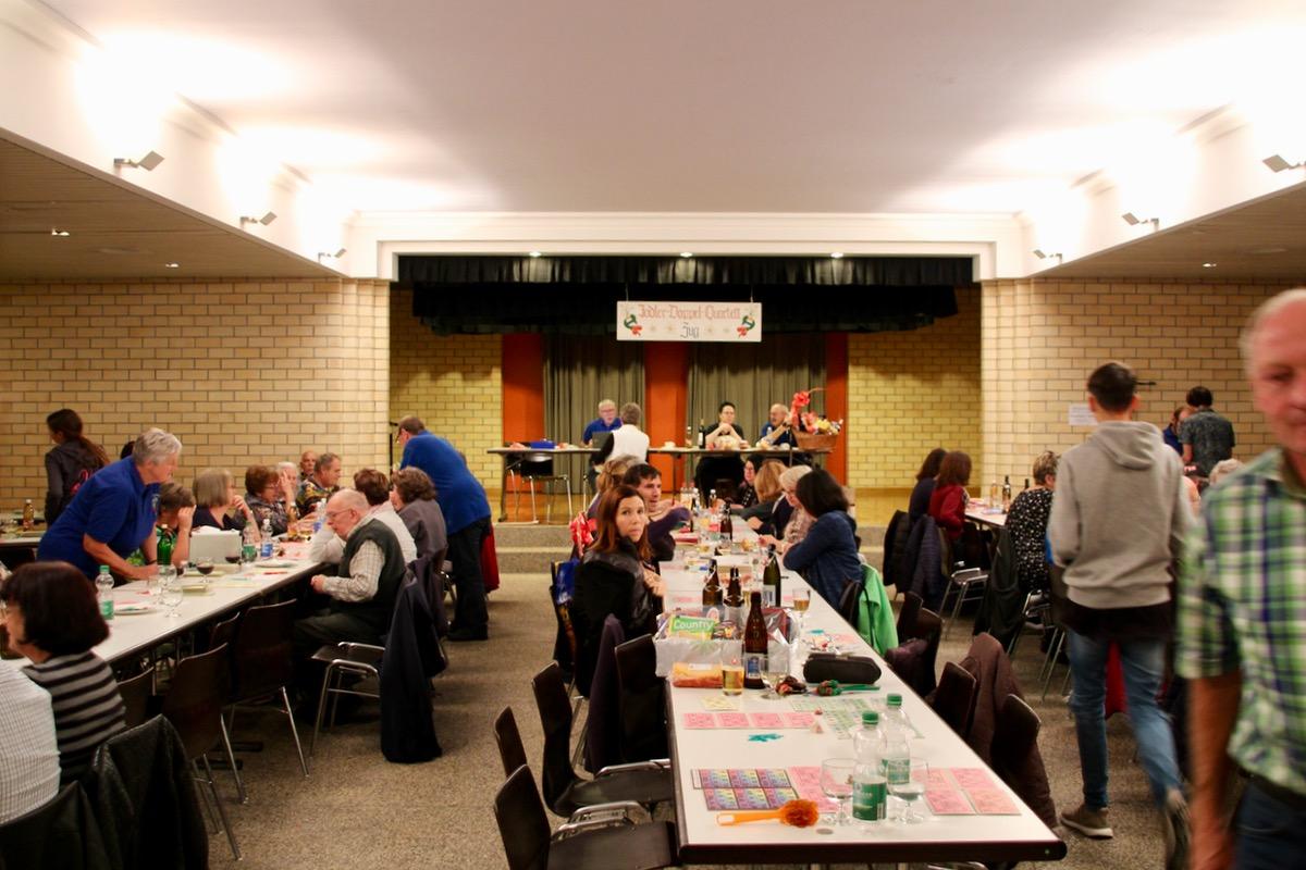 Das Lottospielen stösst bei vielen Menschen auf Sympathie: Der Pfarreisaal St. Johannes ist an diesem Abend jedenfalls gut besetzt.