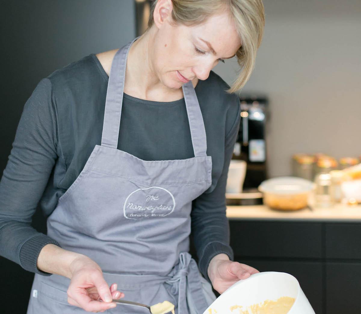 Höchste Konzentration: Die Krienser Köchin beim Ausprobieren in ihrer kleinen Küche.
