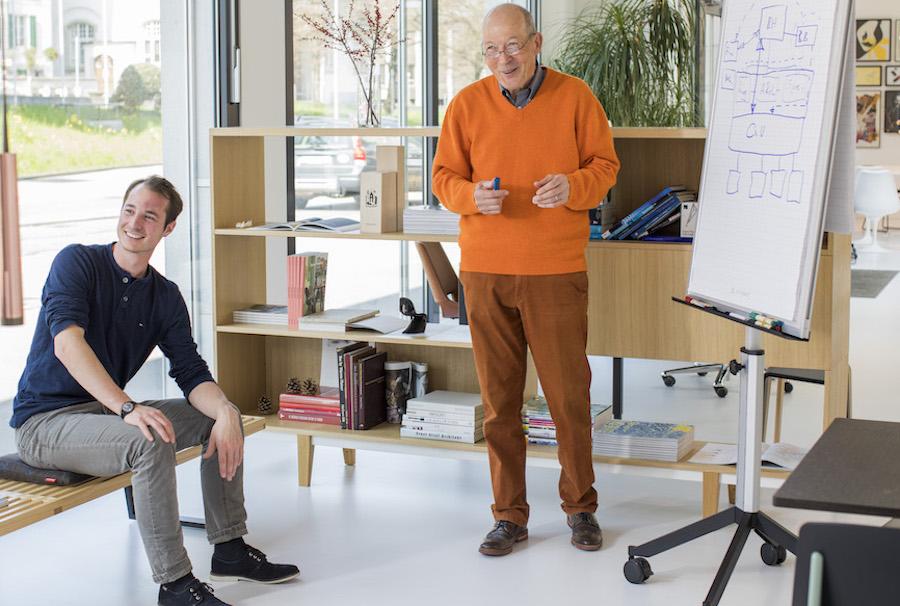 Eine Umsetzung der Idee: Rentner beraten Junge. Community-Mitglied Rudolf (rechts) hat sich ablichten lassen.